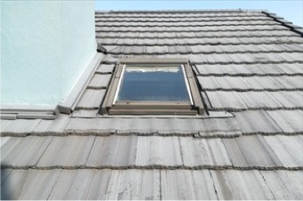 天窓撤去のためにモニエル瓦にも部分的に葺き替えが必要