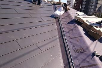 防水紙を敷設し新しい屋根材によって屋根カバー