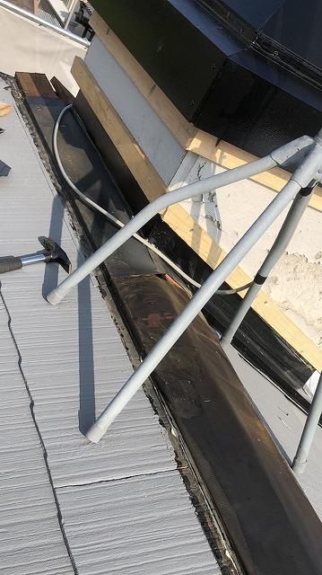 彦根市で、棟板金と煙突の板金カバー工法と波ポリカの交換工事
