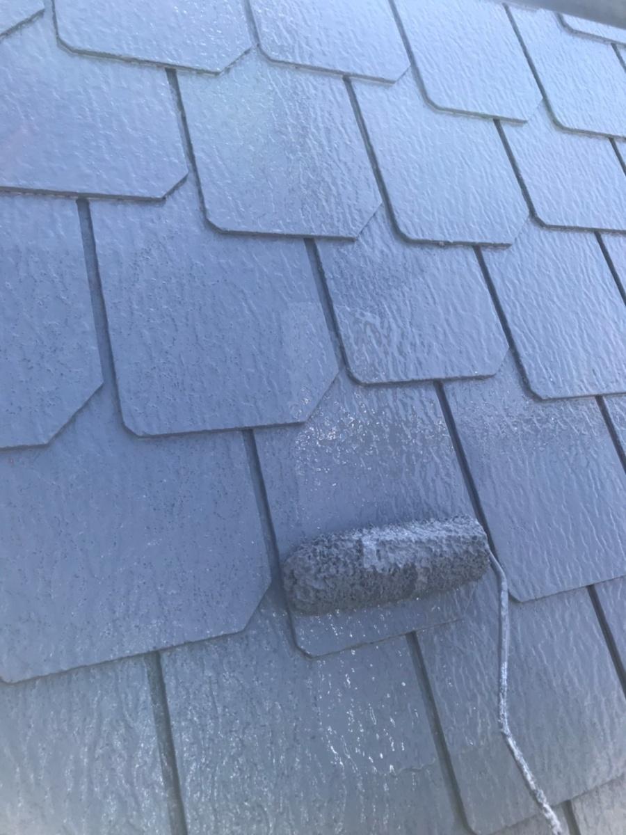彦根市で、カラーベスト屋根の中塗りと上塗り塗装と軒天塗装