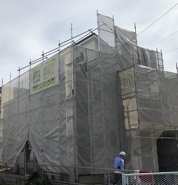 彦根市で、屋根カバー工法と外壁塗装工事の足場と洗浄作業