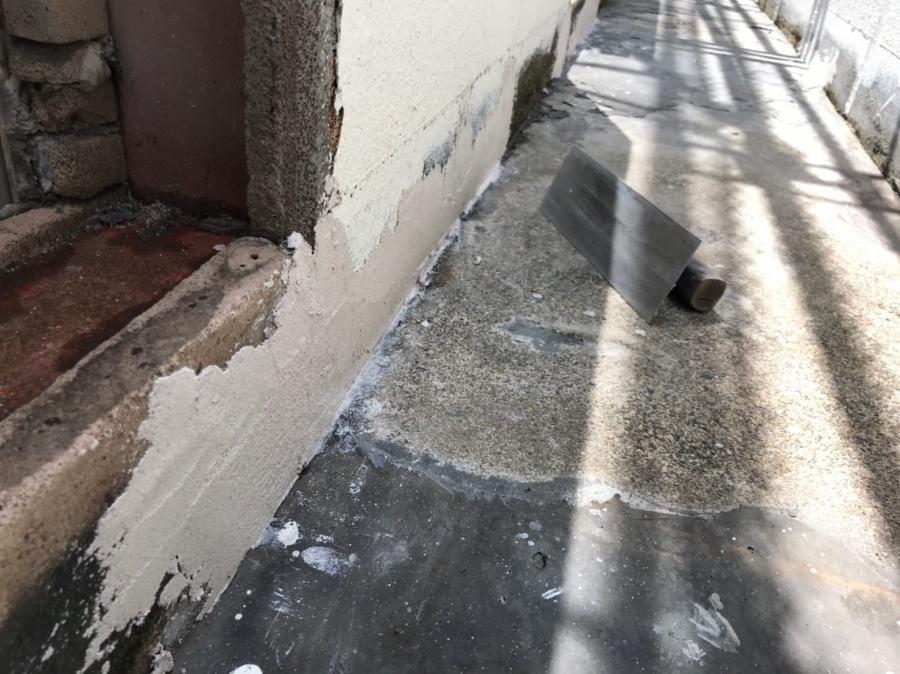 彦根市の寮にて、ウレタン塗膜防水密着工法の防水工事の下地処理
