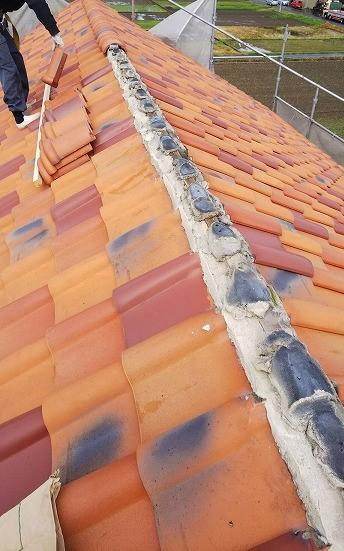 米原市で、外壁塗装中の現場で棟瓦の漆喰工事を行いました。