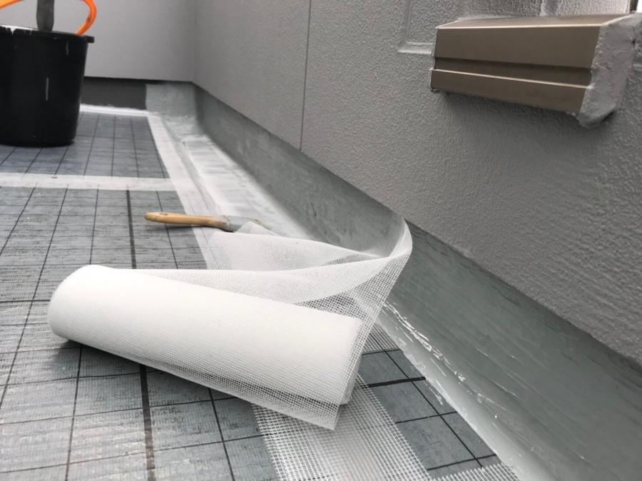 ウレタン防水工事の立上り面ガラスクロス(メッシュ)