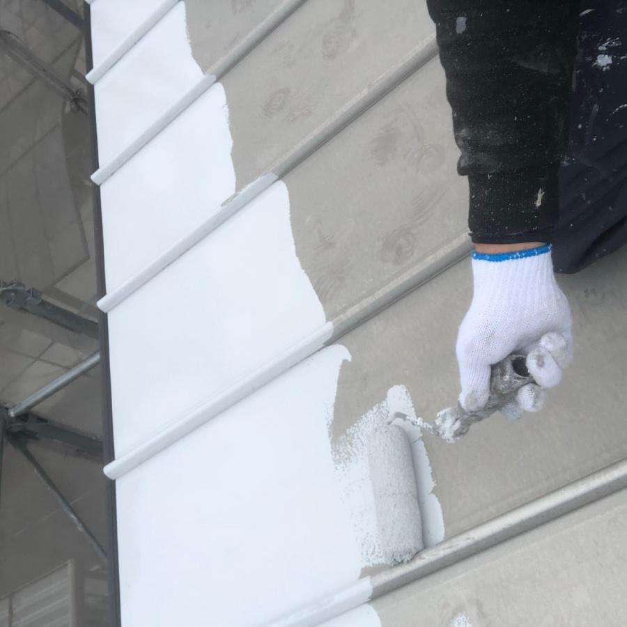 彦根市で、折半屋根の錆止め、中塗り、上塗りの塗装工事