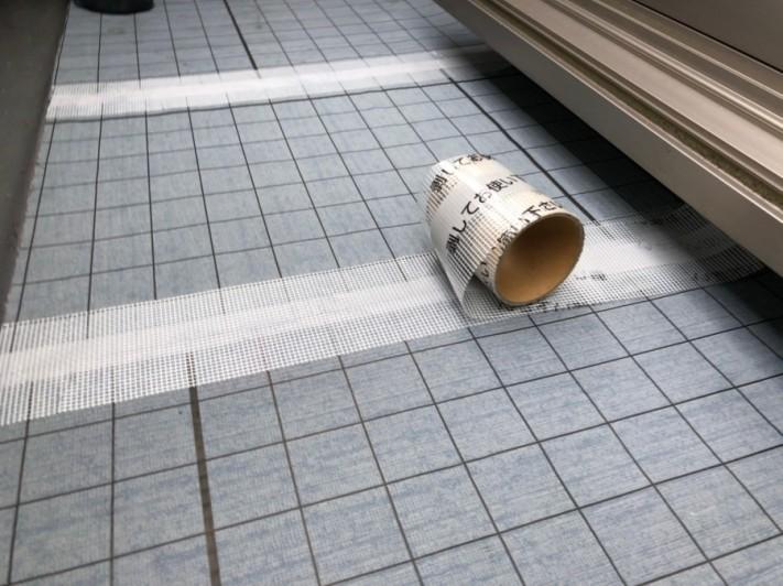 ベランダ防水工事のジョイントテープ張り付け